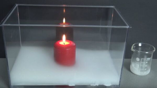 Trockeneis erstickt Kerzenflamme